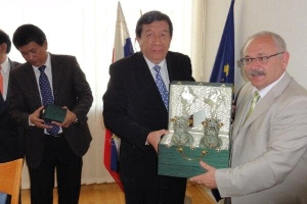 Rektori nitrianskej a bangkokskej univerzity Peter Bielik a  Vudtechai Kapilakanchana.
