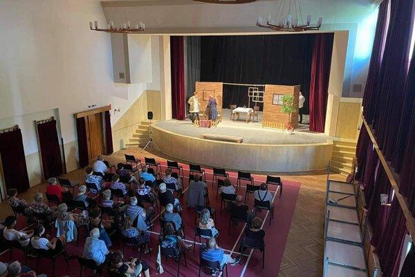 Na Dubovom si seniori vychutnali divadelné predstavenie.