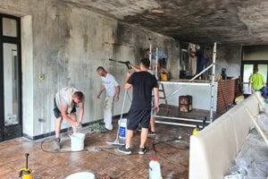 Vo vyhorenej reštaurácii sa už naplno pracuje na opravách najmä vďaka podpore ľudí.