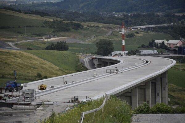 Diaľničné úseky Ivachnová – Hubová a Lietavská Lúčka – Dubná skala.