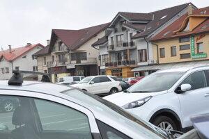 Za parkovanie na Nábreží už vodiči platia.