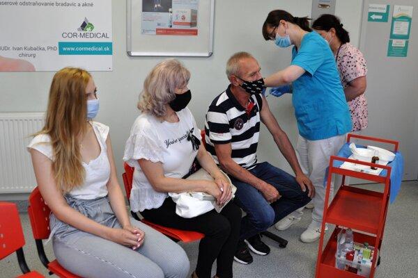 Očkovanie je možné absolvovať už aj v ambulanciách všeobecných lekárov.