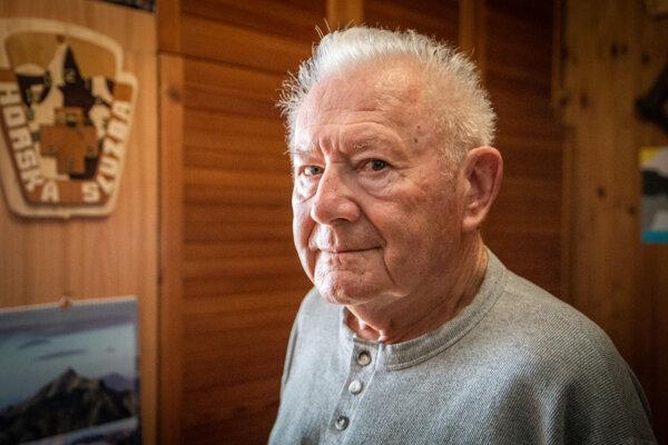 Karol Špánik patrí kvýrazným osobnostiam Demänovskej doliny. Pracoval ako tréner lyžovania, dobrovoľný člen Horskej služby, publicista, autor kníh apopritom fotografoval krásy Liptova, najmä Demänovskej doliny. Mnohí ho poznajú ako učiteľa slovenského jazyka atelocviku na liptovskomikulášskom Gymnáziu M. M. Hodžu.