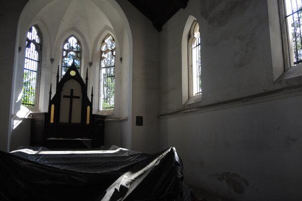 Pohrebná kaplnka stojí na kopci Hôrka v Brodzanoch.
