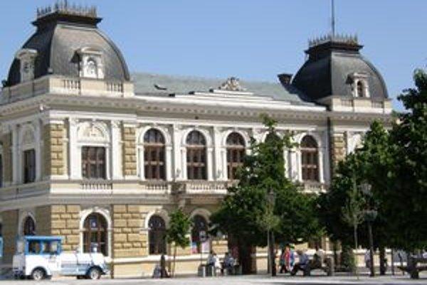 Historická radnica na pešej zóne. Časť mestského Nisysu sa odtiaľto odsťahovala, nahradí ho Akadémia vzdelávania, ktorej šéfuje mestský poslanec.
