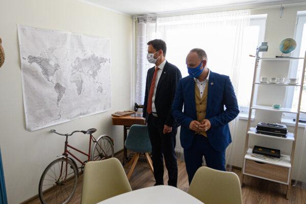 Na snímke predseda vlády SR Eduard Heger (vľavo) a predseda Trnavského samosprávneho kraja Jozef Viskupič počas prehliadky centra.