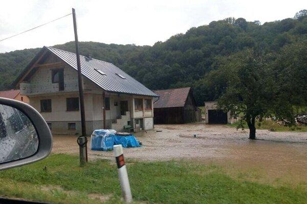 Voda zaplavila desiatky dvorov a záhrad.