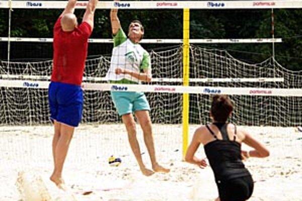 """Na piesku sa opäť """"mastí"""", na sobotňajšom turnaji bolo v akcii 32 dvojíc."""