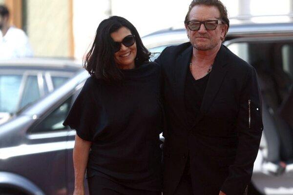 Spevák írskej rockovej skupiny U2 Bono a jeho manželka Alison Hewsonová kráčajú po červenom koberci počas príchodu na 27. ročník filmového festivalu v bosnianskom Sarajeve v nedeľu 15. augusta 2021.