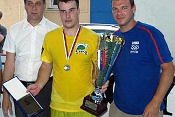 Pred rokom bol najlepším domácim celkom druhý Lipa Team, P. Vasilko prebral pohár z rúk primátora J. Dvonča a J. Stümpela.