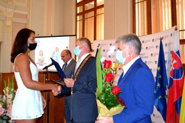 Milan Belica odovzdal Cenu predsedu NSK za rok 2019 plutvovej plavkyni Zuzane Hraškovej.