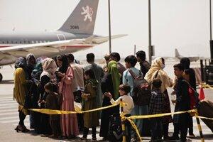 Evakuácia afganských rodín na letisku v Kábule.