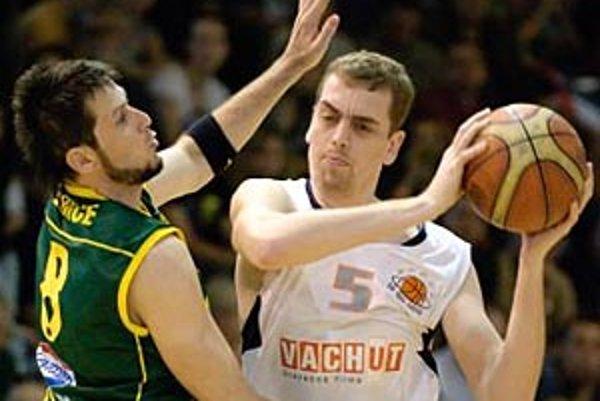 Najlepším strelcom Nitry bol Stanislav Votroubek so 16 bodmi, vľavo Levičan Richard Klein.