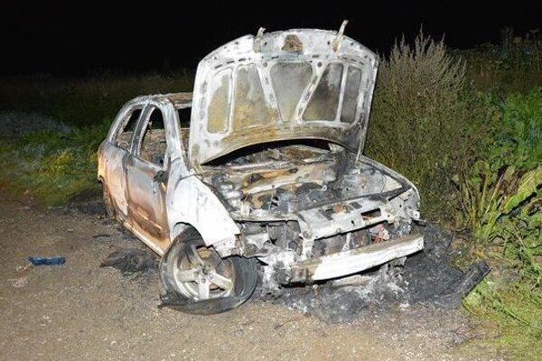 Deti zrejme poliali auto benzínom a následne ho podpálili.