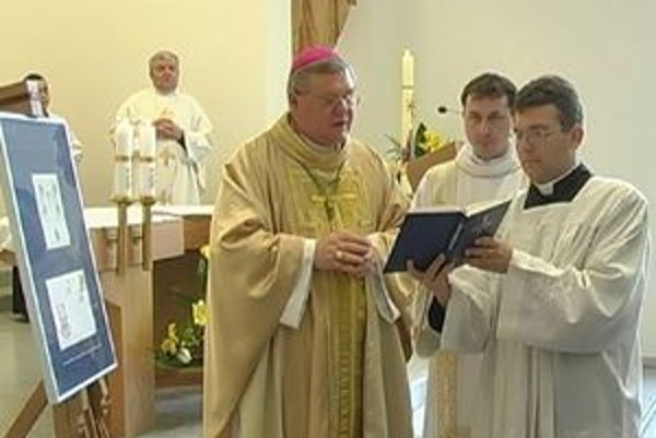 Známku blahorečenia Jána Pavla II. posvätil nitriansky sídelný biskup Viliam Judák.