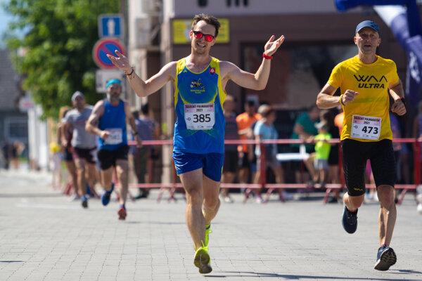 Jozef Rybár (s číslom 385) zabehol 14. augusta polmaratón.