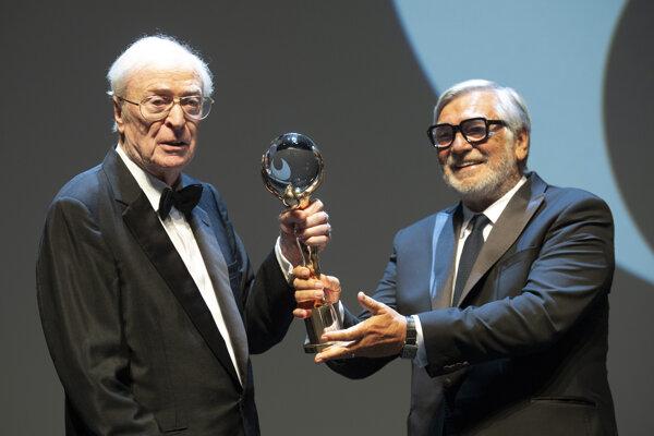 Michael Caine si prevzal Krištáľový glóbus za mimoriadny umelecký prínos pre svetovú kinematografiu.