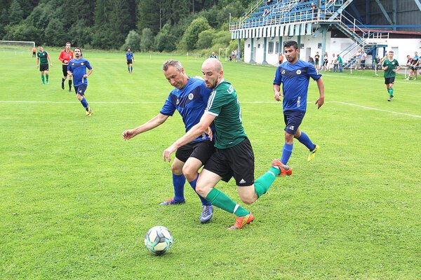 Futbalisti Podbiela (v modrom) odolávali favoritovi zLeštín iba prvý polčas.