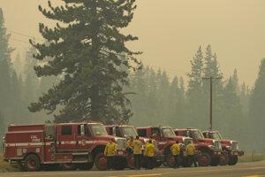 Vyše 13 500 hasičov bojuje s približne desiatimi veľkými lesnými požiarmi.