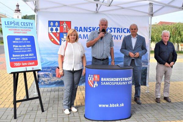 Ján Lunter (druhý zľava) na stretnutí so starostami a občanmi v Cinobani informoval nielen o rekonštrukcii ciest.