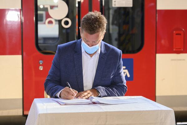 Minister dopravy a výstavby Andrej Doležal (nominant Sme rodina).