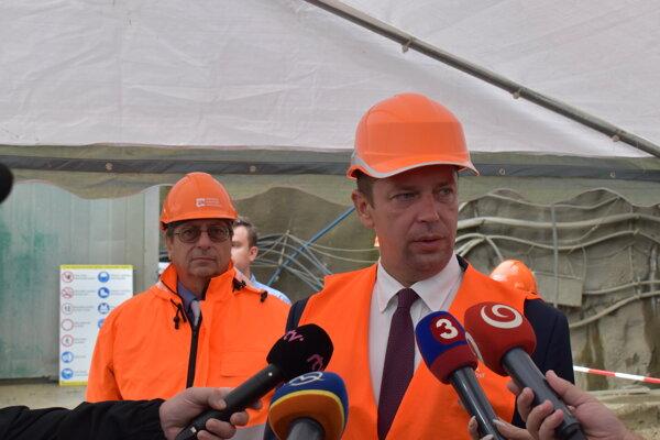 Minister dopravy Andrej Doležal (vpravo) a generálny riaditeľ NDS Juraj Tlapa.