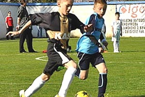 Momentka zo súboja štvrtákov PFA ViOn - FC Nitra A. V tmavom domáci Erik Kramár uniká Matúšovi Bírovi z Nitry, z víťazstve 5:3 sa však tešili hostia.