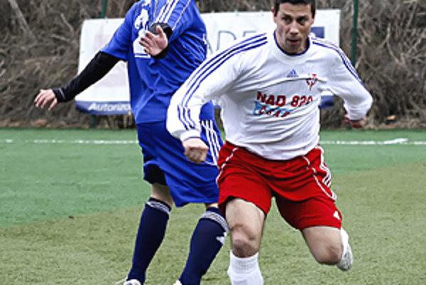 Ľubomír Vyskoč (vpravo) bol autorom jediného gólu zápasu Piešťany - Sereď (0:1). Vľavo domáci Doktor.