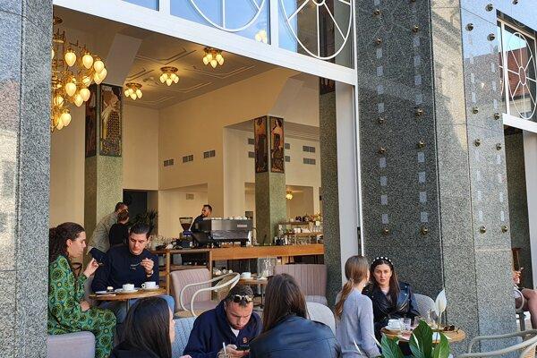 V obnovenej ikonickej budove na Hlavnom námestí otvorilo svoju prevádzku bistro Mondieu.