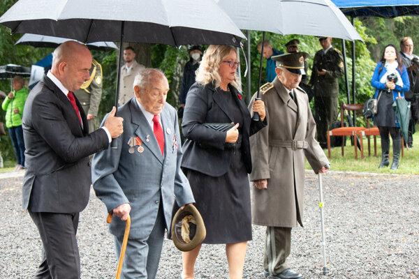 Priami účastníci protifašistického odboja čestný občan mesta Liptovský Mikuláš generálmajor vo výslužbe Ján Iľanovský, priamy účastník oslobodzovacích bojov Pavol Chrapčiak.