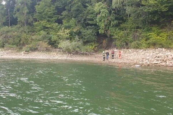 Na mieste kde vyplavilo telo ženy sa už nachádzajú hasiči, polícia aj lekár.