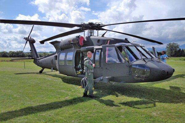 Vrtuľník Vzdušných síl SR pristál na letisku v Tomčanoch, potešil návtevníkov Dňa otvorených dverí.