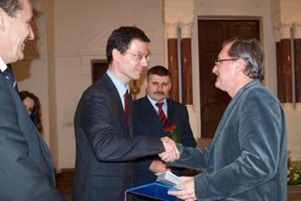 Ocenení pedagógovia si z rúk primátora Jozefa Dvonča a viceprimátorov Štefana Štefeka a Jána Vanča prebrali ďakovné listy a ceny. Jedným z nich bol aj pedagóg ZUŠ J. Rosinského Jaroslav Dorotík.