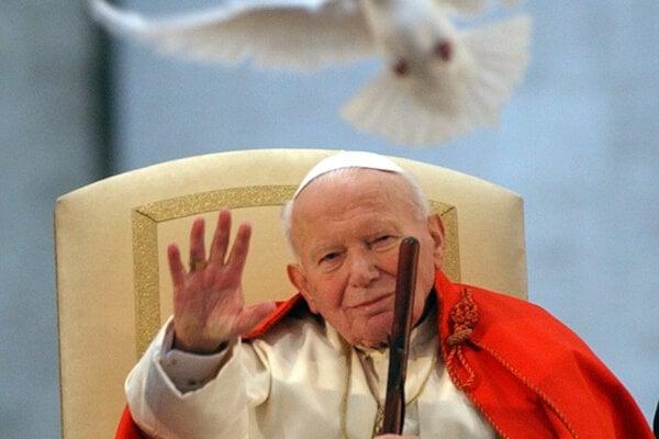 Ján Pavol II. na snímke z apríla 2003. Poliaci svojho pápeža milovali a milujú. K dnešnej hlave cirkvi majú vlažnejší vzťah.
