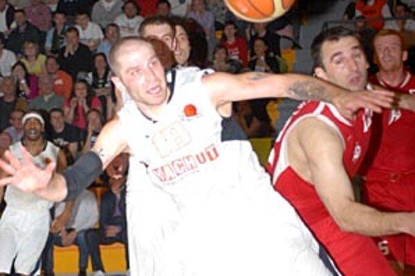 Piaty zápas série medzi Nitrou a Banskou Bystricou bol predovšetkým urputným bojom. V popredí Bosák a Cvitanovič. Nitra vyhrala 75:71 a celkovo 3:2 na zápasy.