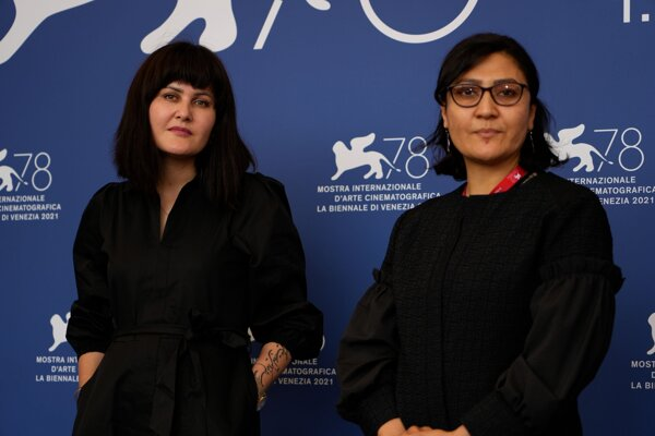 Afganské filmové režisérky Sahra Karimi (vľavo) a Sahra Mani.