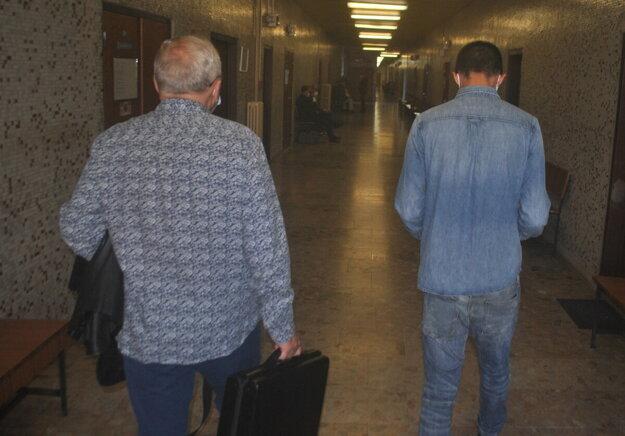 Obhajca s klientom odchádzajú po vyhlásení rozsudku