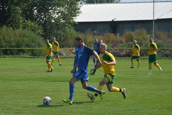 Pri lopte autor prvého gólu hostí Andrej Novák vzápase Hronské Kľačany – Nová Dedina 3:5.