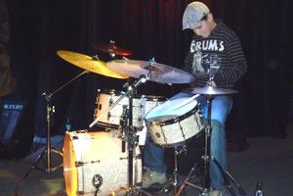 Len 12-ročný Dávid Hodek z Komárna je veľký muzikantský talent.