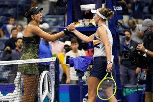 Garbine Muguruzová (vľavo) a Barbora Krejčíková po zápase na US Open 2021.