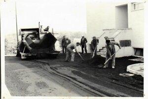 Pokládka asfaltu pri dome kultúry v roku 1982. Vobci si vždy pomáhali. Socialistických brigád pri budovaní obce sa domáci pravidelne zúčastňovali.