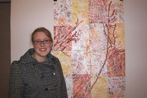 Rhiannon Clarke so svojím dielom, za ktoré dostala jednu z dvoch cien návštevníka.