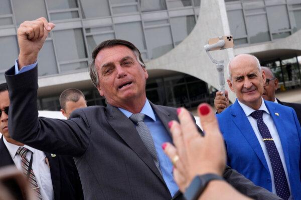 Brazílsky prezident Jair Bolsonaro máva svojim priaznivcom.