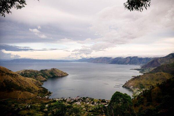 Danišík a iní vedci dávnu supererupciu Toba skúmajú pomocou hornín, ktoré sa nachádzajú v okolí kaldery - hlbokej priehlbine, ktorá zostala po erupcii magmy. Dnes je zaplavená jazerom Toba.