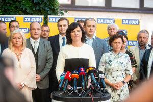 Veronika Remišová počas tlačovky k odchodu Kolíkovej a šiestich poslancov.