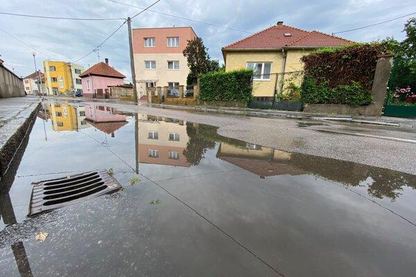 Časť Jilemnického ulice po silnejšom daždi.