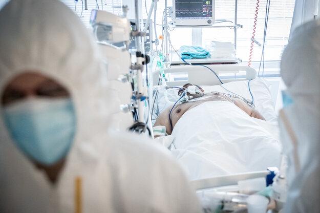 Pacient na pľúcnej ventilácii v nemocnici v Galante.