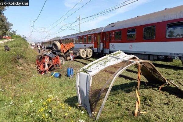 Nákladné auto je totálne zničené, celkovú škodu na mieste nehody odhadli na pol milióna eur.