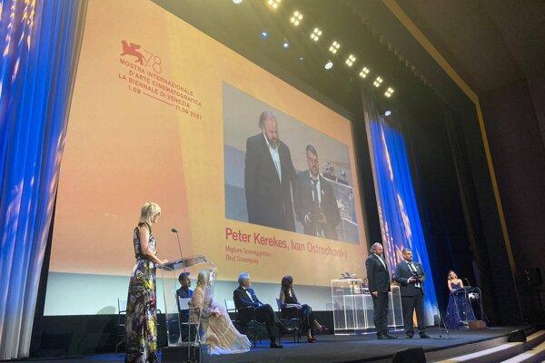 Peter Kerekes a Ivan Ostrochovský preberajú cenu pre najlepší scenár. V sekcii Orizzonti súťažili s filmom Cenzorka.
