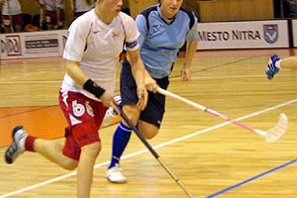 Florbalistky Nitry hrali dva zápasy vonku, v modrom Renáta Filová.